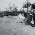 Het is oorlog ! Snel laat men bomen springen en worden bruggen vernield, hier bij de Graafseweg