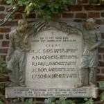 Gedenksteen op de binnenplaats van Kasteel Tongelaar