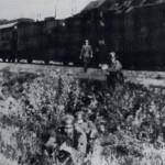 De eerste Duitsers stappen achter de linie uit de transporttrein, waarna deze terugrijdt