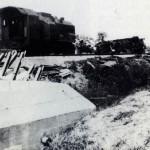 Nogmaals de trein, op de voorgrond kazemat 533, zie ook (bij foto's/sporen van de oorlog) huidige situatie