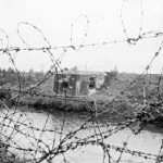 Kazemat 37, waar drie man sneuvelden, direct na de strijd, zie ook (bij foto's / sporen van de oorlog) huidige situatie