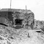 Burgers nemen een kijkje bij kazemat 539, direct na de strijd, zie ook (bij foto's/sporen van de oorlog) huidige situatie